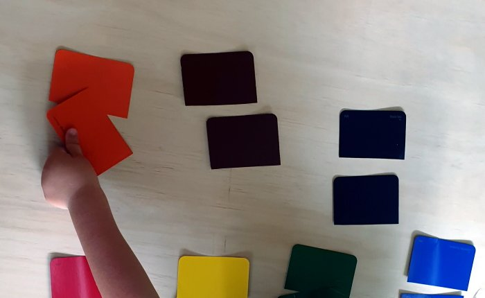 A child matching two pieces of cards to the corresponding color